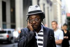 <p>Музыкант Уильям Адамс, более известный как will.i.am, разговаривает по телефону перед началом церемонии Webby Awards в Нью-Йорке 10 июня 2008 года. Фронтмен хип-хоп группы Black Eyed Peas will.i.am стал директором по инновациям в гиганте Intel. REUTERS/Eric Thayer</p>