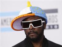 <p>Intel, leader mondial des microprocesseurs, a chargé le chanteur des Black Eyed Peas, will.i.am, de l'aider à proposer des façons innovantes de diffuser de la musique dans des smartphones et des tablettes. /Photo prise le 21 novembre 2010/REUTERS/Danny Moloshok</p>