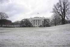 <p>The South Lawn of the White House is covered in light snow in Washington, January 8, 2011. REUTERS/Jonathan Ernst</p>