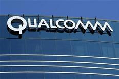 <p>Foto de archivo de uno de los muchos edificios de Qualcomm en San Diego, EEUU, jul 22 2008. Qualcomm Inc elevó su pronóstico de ingresos para 2011 y predijo fuertes ventas en el segundo trimestre ante la demanda por sus chips para dispositivo inalámbricos, lo que propiciaba un alza de un 4 por ciento de sus acciones. REUTERS/Mike Blake</p>