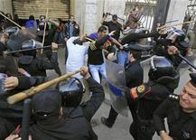 <p>قوات مكافحة الشغب تشتبك مع محتجين مناهضين للحكومة في القاهرة يوم الاربعاء. تصوير: جوران توماسفيتش - رويترز</p>