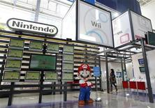 <p>Nintendo a vu son résultat d'exploitation chuter de 46% lors de son troisième trimestre fiscal, les ventes de sa console DS ayant baissé dans l'attente de la sortie le mois prochain du nouveau modèle en 3D. Le bénéfice d'exploitation sur cette période s'est établi à 104,6 milliards de yens (3,57 milliards d'euros), contre 192,3 milliards un an plus tôt et 118 milliards de yens attendus par le marché. /Photo prise le 27 janvier 2011/REUTERS/Kim Kyung-Hoon</p>