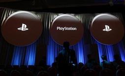 <p>El logo de Playstation de Sony durante un evento para medios en Tokio, ene 27 2011. Sony Corp reveló un nuevo dispositivo portátil para juegos, el primero con conectividad 3G inalámbrica, en otro paso en su batalla contra el DS de Nintendo y para defenderse de los teléfonos inteligentes como el iPhone de Apple. REUTERS/Kim Kyung-Hoon</p>