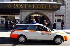 <p>Полицейская машина проезжает мимо гостиницы Post Hotel в Давосе 27 января 2011 года. Небольшой взрыв произошел в четверг в одном из отелей Давоса, где в эти дни проходит Всемирный экономический форум, собравший глав многих компаний и лидеров государств. REUTERS/Vincent Kessler</p>