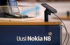<p>Le N8 de Nokia en démonstration dans sa boutique phare à Helsinki. Le groupe finlandais, premier fabricant mondial de téléphones mobiles en volume, fait état d'une troisième baisse trimestrielle d'affilée de son bénéfice, imputable notamment à ses difficultés sur le marché des smartphones. /Photo prise le 29 septembre 2010/REUTERS/Bob Strong</p>