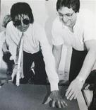 <p>Uma laje de concreto de 170 quilos com as impressões da mão e do pé de Michael Jackson junto com sua assinatura será leiloada em Los Angeles no próximo mês, disse a casa de leilões Nate D. Sanders. REUTERS/Nate D. Sanders Auctions/Handout</p>