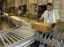 <p>Le groupe de vente en ligne Amazon.com a annoncé jeudi un chiffre d'affaires de 12,95 milliards de dollars pour son 4e trimestre, en hausse de 36%, grâce à une progression de son activité durant la période des fêtes. /Photo d'archives/REUTERS/Rick Scuteri</p>
