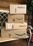 <p>Foto de archivo de unas cajas de la minorista por internet Amazon en la entrada de una casa en Golden, EEUU, jul 23 2008. Amazon.com reportó el jueves ventas trimestrales por debajo de las previsiones de los analistas, lo que provocaba una baja de sus acciones de casi un 10 por ciento. REUTERS/Rick Wilking</p>