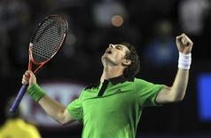 <p>Andy Murray comemora vitória contra David Ferrer no aberto da Austrália, em Melbourne. 28/01/2011 REUTERS/David Crosling</p>