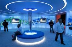 <p>Stand Microsoft au salon international du Consumer Electronics Show (CES), à Las Vegas. Le bénéfice trimestriel de Microsoft a légèrement diminué, la croissance moins soutenue que prévu des ventes d'ordinateur ayant pénalisé les résultats du premier développeur mondial de logiciels. /Photo prise le 9 janvier 2011/REUTERS/Steve Marcus</p>
