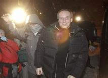 <p>Экс-кандидат в президенты Беларуссии Владимир Некляев (справа) после освобождения из тюрьмы в Минске, 29 января 2011 года. Белорусские власти выпустили из тюрьмы под домашний арест одного из экс-кандидатов в президенты и еще несколько оппозиционных активистов, которые были арестованы за участие в протестах против переизбрания Лукашенко на четвертый президентский срок и которым грозит до 15 лет тюрьмы. REUTERS/Alexander Vasukovich</p>