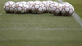"""<p>Футбольные мячи лежат на стадионе в Мадриде, 21 мая 2010 года. """"Кроули Таун"""" стал первым за последние 17 лет клубом пятого дивизиона, добравшимся до пятого круга Кубка Англии. REUTERS/Kai Pfaffenbach</p>"""