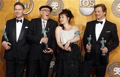 """<p>Elenco de """"O Discurso do Rei"""", Anthony Andrews, Geoffrey Rush, Helena Bonham Carter e Colin Firth, com os troféus do Screen Actors Guild Awards, em Los Angeles. 30/01/2011 REUTERS/Lucy Nicholson</p>"""