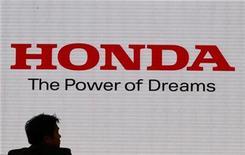 <p>Imagen de archivo del logo de Honda Motor Co en la sala de exhibiciones de la empresa en Tokio. oct 29 2010. La automotriz japonesa Honda Motor se encamina a lograr su mayor ganancia en tres años, tras subir su proyección de resultados por encima de las expectativas del mercado gracias a una mejora en Estados Unidos que contrarresta la firmeza del yen y una merma de ventas en su país de origen. REUTERS/Issei Kato/Archivo</p>