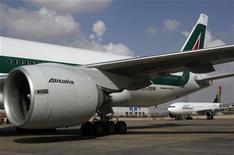 <p>Самолет авиакомпании Alitalia в аэропорту Каира 20 января 2011 года. Власти России не спешат эвакуировать из Египта россиян, несмотря на первые просьбы о помощи. Российское посольство в Каире объясняет это тем, что вывезти из страны десятки тысяч человек тяжело, а прямой угрозы им нет. REUTERS/Mohamed Abd El Ghany</p>