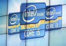 <p>Foto de archivo del logo de la firma Intel durante la presentación de su segunda generación de procesadores Core en la feria de consumo electrónico de Las Vegas, EEUU, ene 5 2011. Intel Corp recortó el lunes en 300 millones de dólares su pronóstico de ingresos para el primer trimestre del 2011 debido a los costos que generará la corrección de un defecto de diseño que descubrió en uno de sus chips. REUTERS/Rick Wilking</p>