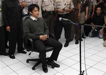 """<p>La estrella pop indonesia Nazril """"Ariel"""" Irham durante su juicio en la localidad de Bandung, ene 31 2011. Una estrella pop indonesia cuyas grabaciones de sus encuentros sexuales con sus novias fueron difundidas por internet fue condenado el lunes a tres años y medio de cárcel, en un caso que inició una gran operación contra la pornografía online en el país. REUTERS/Enny Nuraheni</p>"""