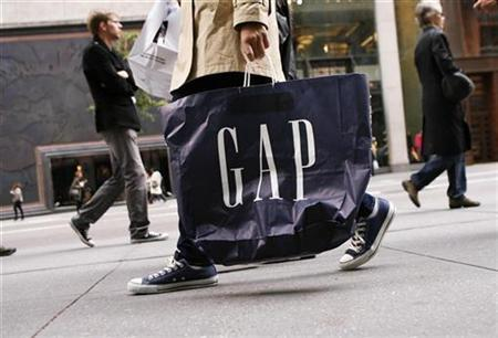 A shopper walks down Fifth Avenue carrying a Gap shopping bag in New York, October 8, 2009. REUTERS/Lucas Jackson