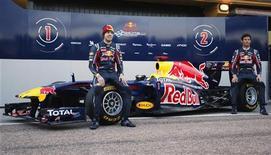 <p>Pilotos da Red Bull Sebastian Vettel (esq) e Mark Webber apresentam novo carro RB7, no circuito Ricardo Tormo em Cheste, próximo de Valência. 01/02/2011 REUTERS/Heino Kalis</p>