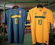 <p>Nova camisa da seleção brasileira, lançada nesta terça-feira em Niterói, tem faixa no peito. REUTERS/Sergio Moraes</p>