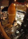 <p>El transbordador espacial Discovery en el edificio de ensamblaje de vehículos en el centro espacial Kennedy en Cabo Cañaveral, ene 31 2011. El transbordador espacial Discovery fue ubicado el martes en su plataforma de lanzamiento junto al mar en el marco de la preparación para su viaje a la Estación Espacial Internacional el 24 de febrero, dijeron funcionarios. REUTERS/Scott Audette</p>
