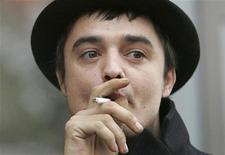 <p>Cantor Pete Doherty em frente ao tribunal do Tâmisa, em 2006. Doherty compareceu a um tribunal de Londres nesta quarta-feira para enfrentar uma acusação de porte de cocaína. 06/11/2006 REUTERS/Toby Melville/Arquivo</p>