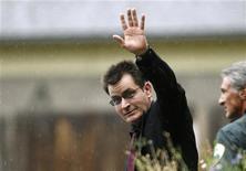 <p>O ator Charlie Sheen acena à imprensa ao deixar um tribunal em Aspen, no Colorado, em agosto do ano passado. 02/08/2010 REUTERS/Rick Wilking</p>