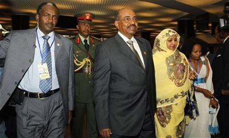 Sudanese President Omar Hassan al-Bashir (C) arrives at the 16th African Union summit, in Ethiopia's capital Addis Ababa, January 30, 2011. REUTERS/Thomas Mukoya