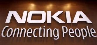 <p>Foto de archivo del logo de la firma Nokia en su tienda insigne en Helsinki, sep 29 2010. El teléfono E7 de Nokia debutará finalmente esta semana, mientras el mayor fabricante de celulares por volumen trata de recuperar el terreno perdido ante Apple y Google en el mercado de los móviles inteligentes. REUTERS/Bob Strong</p>