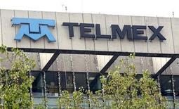 <p>Foto de archivo de la sede de Telmex en Ciudad de México, ene 7 2010. La fusión de América Móvil y Telmex llevada a cabo por el multimillonario mexicano Carlos Slim creó un gigante de las telecomunicaciones en América Latina, pero los inversores temen que la caída del negocio de telefonía fija esté reduciendo las utilidades. REUTERS/Daniel Aguilar</p>
