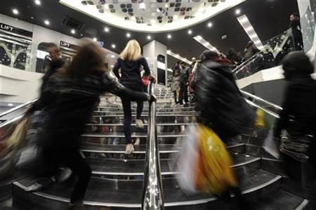 Shoppers walk into a shop on Oxford Street, in central London, December 27, 2010. REUTERS/Paul Hackett