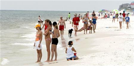 Vacationers crowd the Cape San Blas beach, about 25 miles west of the Florida panhandle town of Apalachicola, June 27, 2005. REUTERS/Mark Wallheiser MW/MK