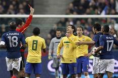 <p>Hernanes recebe cartã vermelho no primeiro tempo do jogo em que o Brasil perdeu por 1 x 0 para a França, em Paris. 09/02/2011 REUTERS/Gonzalo Fuentes</p>