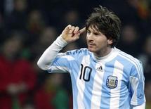 <p>O jogador argentino Lionel Messi comemora gol contra Portugal em amistoso na quarta-feira. REUTERS/Denis Balibouse</p>