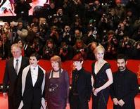 """<p>Los miembros del jurado del Festival de Cine de Berlín durante el estreno de la cinta """"True Grit"""", feb 10 2011. La figura del director iraní Jafar Panahi fue el centro de atención el jueves en la apertura del Festival de Cine de Berlín, en el que su silla vacía en la conferencia de prensa del jurado sirvió como recordatorio de los riesgos que a veces implica la cinematografía. REUTERS/Thomas Peter</p>"""