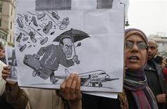 <p>Представительница оппозиции держит плакат с карикатурой президента Египта Хосни Мубарака , 3 февраля 2011 года. Президент Египта Хосни Мубарак вместе со своей семьей покинул Каир, улетев в неизвестном направлении, сообщил телеканал Al Arabiya в пятницу. REUTERS/Asmaa Waguih</p>
