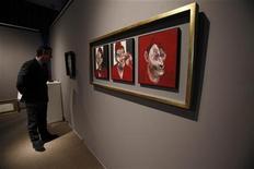 """<p>Картина Фрэнсиса Бэкона """"Три наброска к портрету Люсьена Фрейда"""" в Нью-Йорке 10 января 2011 года. Триптих с изображением британского художника Люсьена Фрейда, написанный его другом Фрэнсисом Бэконом, был продан за 23 миллиона фунтов стерлингов ($37 миллионов) в четверг на аукционе Sotheby's в Лондоне. REUTERS/Shannon Stapleton</p>"""