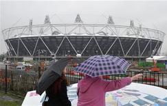 <p>Turistas em frente ao estádio olímpico, em Londres. O West Ham United foi escolhido para arrendar o estádio olímpico de Londres após os Jogos de 2012, anunciou nesta sexta-feira o órgão responsável pelo legado dos Jogos Olímpicos. 10/02/2011 REUTERS/Toby Melville</p>