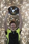 <p>Robin Soderling segura troféu após vencer o título do Torneio Mundial de tênis indoor de Roterdã ao vencer o francês Jo-Wilfried Tsonga por 6-3, 3-6 e 6-3 no domingo. 13/02/2011 REUTERS/Jerry Lampen</p>