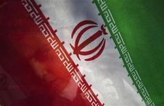 <p>Мальчик стоит за флагом Ирана со своей мамой в Тегеране 5 мая 2010 года. Силы безопасности Ирана были выведены на улицы Тегерана в понедельник для предотвращения запланированного митинга оппозиции, который должен был пройти в знак солидарности с мятежами в Египте и Тунисе, сообщают свидетели. REUTERS/Morteza Nikoubazl</p>