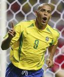 <p>Ronaldo comemora um dos dois gols marcados na final da Copa do Mundo de 2002 contra a Alemanha. REUTERS/Jerry Lampen/Arquivo</p>