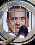 <p>Демонстрантка, требующая отставки итальянского премьер-министра Сильвио Берлускони, 12 февраля 2010 года. Миланский суд согласился начать процесс в отношении итальянского премьер-министра Сильвио Берлускони, которого подозревают в оплате услуг несовершеннолетней проститутки и превышении должностных полномочий. REUTERS/Alessia Pierdomenico</p>
