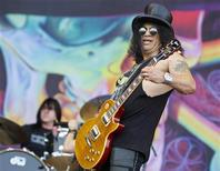 <p>Slash se apresenta no festival de música Nova Rock, perto de Viena, em 2010. O ex-guitarrista do Guns N' Roses se uniu à casa de leilões de Beverly Hills para vender uma série de objetos pessoais aos fãs e colecionadores no mês que vem. 11/06/2011 REUTERS/Lisi Niesner</p>