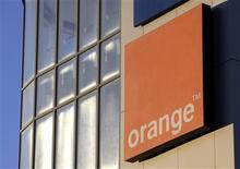 <p>L'opérateur de télécoms Orange va lancer sa propre tablette numérique pour concurrencer l'iPad d'Apple et la Galaxy de Samsung, les deux leaders du marché, mais ne la vendra pas en France. /Photo d'archives/REUTERS/Denis Balibouse</p>