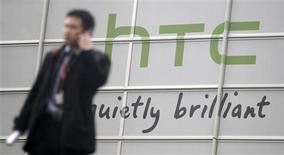 <p>Le fabricant de téléphones mobiles taïwanais HTC a dévoilé deux nouveaux smartphones dédiés aux réseaux sociaux et tout particulièrement Facebook, ainsi que sa première tablette numérique, mardi au World Mobile Congress de Barcelone. /Photo prise le 14 février 2011/REUTERS/Albert Gea</p>