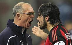<p>Gennaro Gattuso, do Milan, briga com o assistente técnico do Tottenham Hotspur, Joe Jordanirst, durante partida no estádio San Siro, em Milão, 15 de fevereiro de 2011. REUTERS/Stefano Rellandini</p>