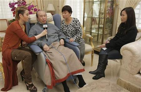 Macau casino magnate Stanley Ho (2n L), his third wife Chan Un-chan (2nd R) and daughter Florinda (R) speak to reporters in their home in Hong Kong January 26, 2011. REUTERS/Tai Kung Pao/Lam Yu San/Pool