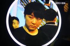 <p>Imagem divulgada pela agência de notícias Kyodo, mostra, supostamente, Kim Jong Chol, filho do líder norte-coreano Kim Jong Il, em show de Eric Clapton em Cingapura. 14/02/2011 REUTERS/KBS via Kyodo</p>