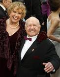 <p>Mickey Rooney e sua então esposa Jan no Oscars, em 2009. Um advogado de Los Angeles foi encarregado dos assuntos jurídicos do ator, depois de alegações de que ele estaria sendo maltratado por seu enteado e temia ser sequestrado. 22/02/2009 REUTERS/Lucas Jackson</p>