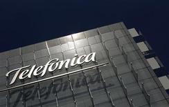 <p>Foto de archivo de la casa matriz de la gigante española Telefónica en Madrid, jul 29 2010. La gigante española Telefónica dijo el miércoles que lanzará una oferta pública para comprar las acciones de la brasileña Vivo en poder de accionistas minoritarios, en una transacción valorada en 763 millones de euros (1.000 millones de dólares). REUTERS/Susana Vera</p>